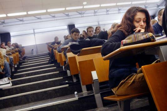 Des étudiants suivent un cours de Droit, le 04 mars 2004 dans un amphitéâtre de l'Université Lyon-III., en 2004.