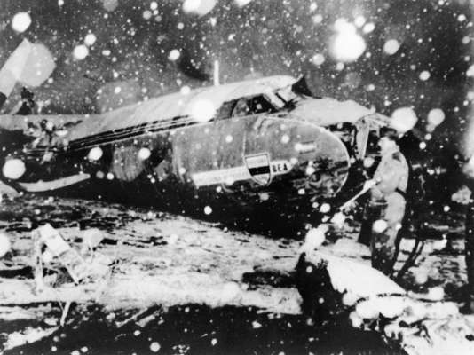 Un sauveteur se tient à côté des débris de l'avion qui s'est écrasé après avoir décollé de l'aéroport de Munich 7 février 1958 pendant une tempête de neige. 21 personnes sont mortes dans la tragédie, dont huit joueurs de l'équipe de football de Manchester United.