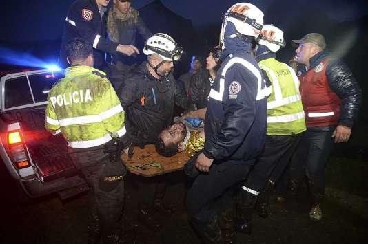 Un survivant du crash en Colombie est pris en charge par les secours, mardi 29 novembre.
