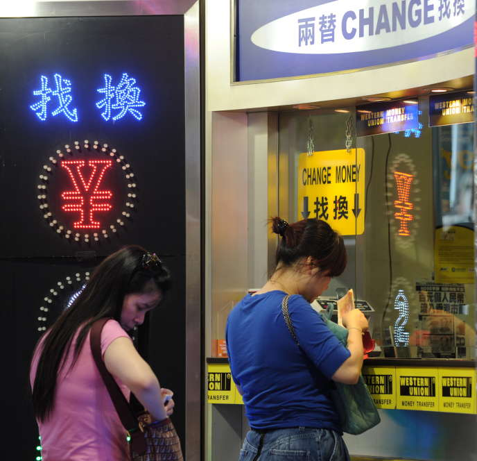 Dans un bureau de change à Hongkong. Depuis le 29 octobre, les particuliers ne peuvent plus acheter d'assurances à Hongkong avec les cartes bancaires UnionPay, le leader chinois.