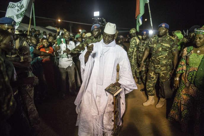 Le président gambien Yahya Jammeh, candidat à un cinquième mandat le 1er décembre, salue ses partisans. Ici à Bikama, le 24 novembre 2016.