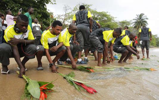 Les joueurs de l'équipe de football de la Zambie rendent hommage aux victimes de l'accident d'avion Buffalo DHC-5D de l'armée de l'air zambienne, le long de l'océan Atlantique, à Libreville, le 9 février 2012.