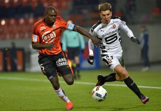 Le défenseur de Lorient, Zargo Toure, à la lutte avec le milieu de terrain de Rennes, Adrien Hunou, au stade du Moustoir de Lorient, le 29 novembre 2016.