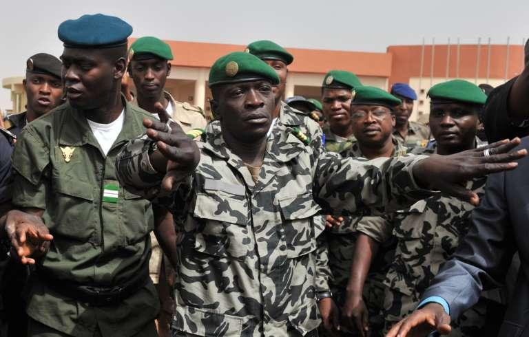 Amadou Sanogo, ici le 29 mars 2012 à l'aéroport de Bamako, soit une semaine après le coup d'Etat qui l'a porté au pouvoir.