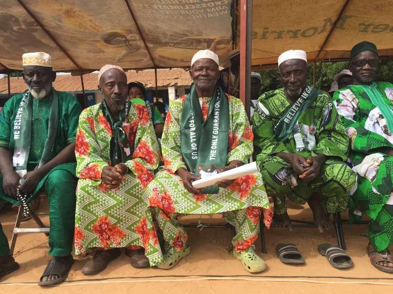 Ali, 87 ans, avec les vieux sages de son village, au dernier meeting de campagne du président gambien Yahya Jammeh, le 28 novembre 2016.
