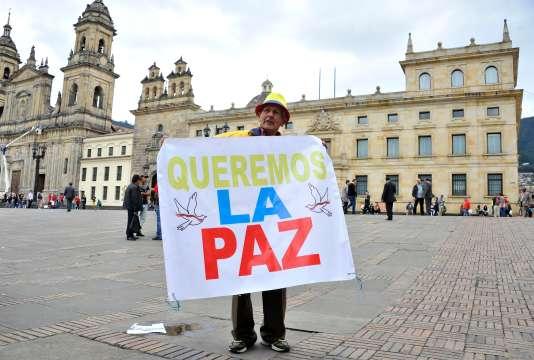 « Nous voulons la paix», peut-on lire sur la pancarte de ce Colombien, manifestant devant le Sénat à Bogotá, le 29 novembre.
