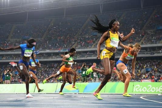 Elaine Thompson devance la Néerlandaise Dafne Schippers, lors de a finale du 200 m àRio, le17août.