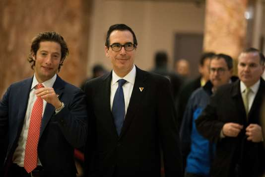 Au centre, Steve Mnuchin, le 29 novembre à la Trump Tower à New York.