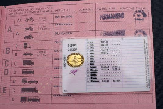 L'ancienne et la nouvelle version du permis de conduire français, photographiées le 11 septembre 2013 à Paris.