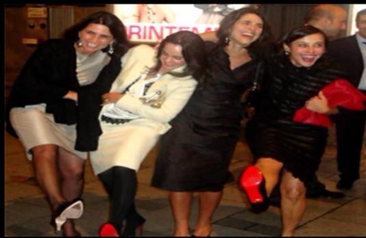 Une photo prise lors de la dispendieuse virée parisienne de Sergio Cabral et de ses amis. Son ex-femme Adriana Ancelmo (à droite)exhibe ses escarpins Louboutin.