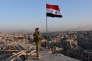 Un membre des forces progouvernementales sur un toit d'Alep, le 28 novembre.