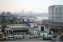 Des véhicules patientent à Dandong, en mars, afin d'accéder au pont menant en Corée du Nord. AP