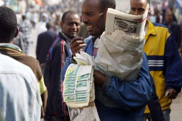 Un vendeur de journaux au marché d'Addis-Abeba en 2005.
