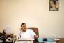 Omar Shahid Hamid dans son bureau en tuniqueblanche, la tenue des policiers pakistanais gradés.