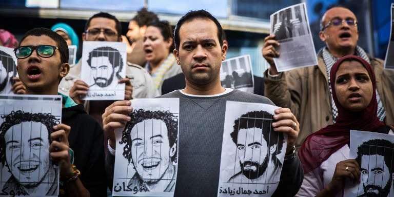 Des journalistes indépendants protestent en février 2015 au Caire contre la détention arbitraire de plusieurs confrères, dont Mahmoud Abou Zeid et Ahmad Gamal Ziyada.