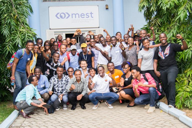 La dernière promotion d'entrepreneurs de MEST entourant le fondateur Jorn Lyseggen devant l'incubateur à Accra, au Ghana