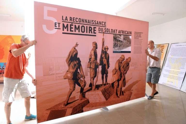 L'affiche de l'exposition, le 20 novembre 2014 à Thiaroye, au Sénégal, pour commémorer le massacre qui n'a officellement fait «que» 35 victimes parmi les tirailleurs sénagalais le 1er décembre 1944.