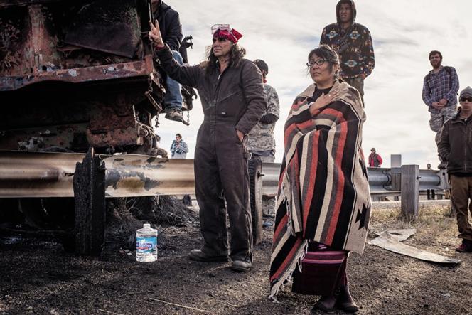 Jaylyn Gough, de la tribu Navajo, ici accompagnéed'autres soutiens des Sioux, fait face aux forces de l'ordre, malgré les menaces d'aspersionde gaz lacrymogène (photo prise entre le 10 et le 15 novembre).