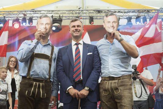 Norbert Hofer, du Parti de la liberté (extrême droite), ici en 2016, encadré de collaborateurs en « Lederhosen »(culottes de peau), se targue de cultiver l'amour des traditions.