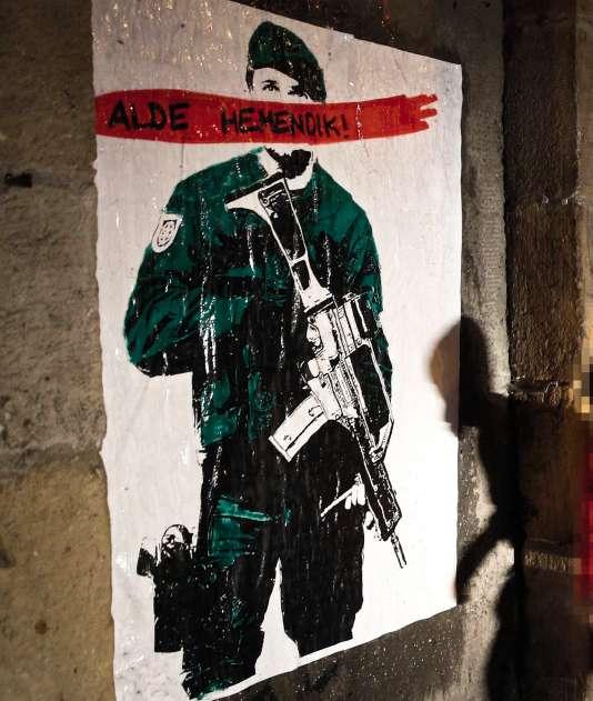 Une affiche de la mouvance « Alde Hemendik » (hors d'ici), à Alsasua,qui veut expulser les forces del'ordre espagnolesdu Pays basqueet de Navarre.