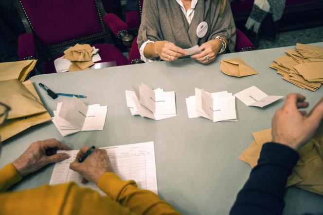 «Ce n'est pas le résultat du premier tour qui prend alors de l'importance, mais celui du second. En effet, les électeurs de Sarkozy se sont presque tous reportés sur Fillon» (Photo: dépouillement des bulletins du premier tour de la primaire de la droite et du centre à Béziers le 20 novembre).