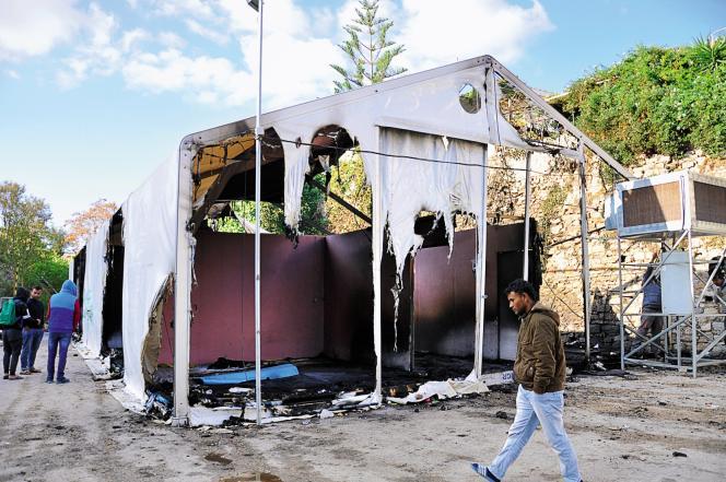 Mi-novembre,le camp de réfugiés de Souda, sur l'île de Chios, a étéattaqué par des sympathisantsdu parti néonazi Aube dorée.