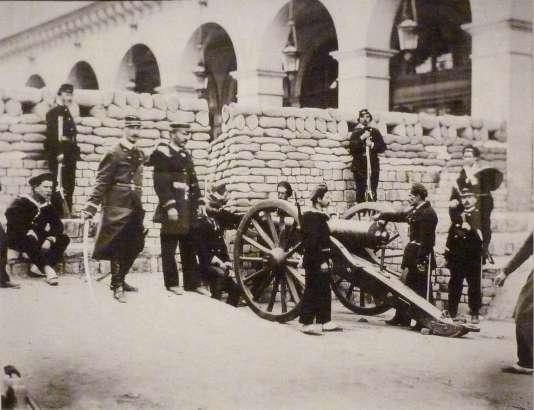 Barricade place Vendôme au débouché de la rue de Castiglione.