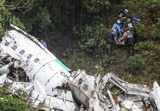 Les équipes de secours sur les lieux du crash de l'avion de la compagnie Lamia, enColombie, le29novembre.