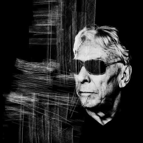 « John Cale jouait la veille à la Philharmonie. J'ai pu le photographier pendant une minute avant son interview. L'impression d'un silence intérieur que seul le bruit de l'appareil pouvait déranger».