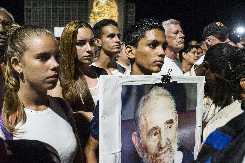 Les Cubains se sont rassemblés sur la place de la Révolution à La Havane, mardi 29 novembre, lors d'un cérémonie d'adieuorganisée avant le départ de l'urne contenant les cendres de Fidel Castro.