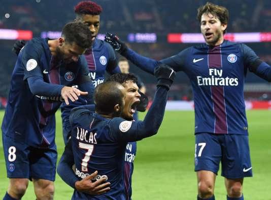 Au centre, le capitaine du PSG, Thiago Silva, célèbre son but face à Angers, le30novembre.