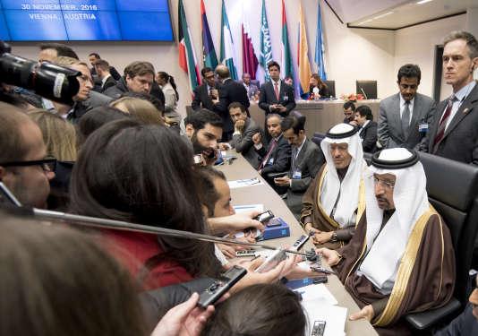 Le ministre saoudien de l'énergie, Khaled Al-Faleh (à droite), lors de la réunion des membres de l'OPEP, à Vienne, le 30 novembre.