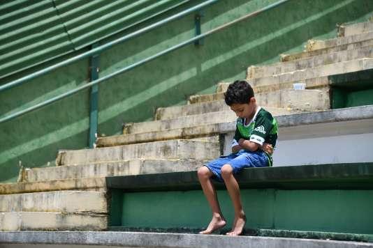 Un jeune supporteur assis dans les tribunes du stade de Chapecoense après le drame qui a décimé le club, le 29 novembre 2016.