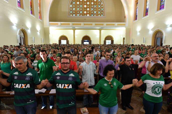 Rassemblement à la mémoire des victimes du crash de la compagnie LaMia, à Chapeco, au Brésil, le 29 novembre 2016.