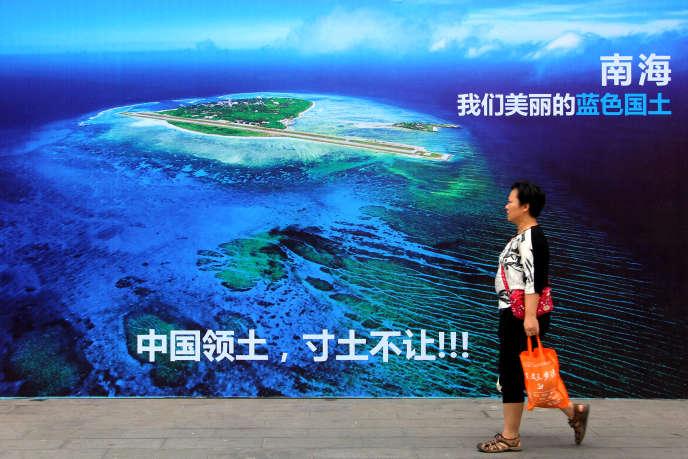A Weifang, dans l'est de la Chine, une affiche défend les revendications territoriales de Pékin en mer de Chine du Sud.