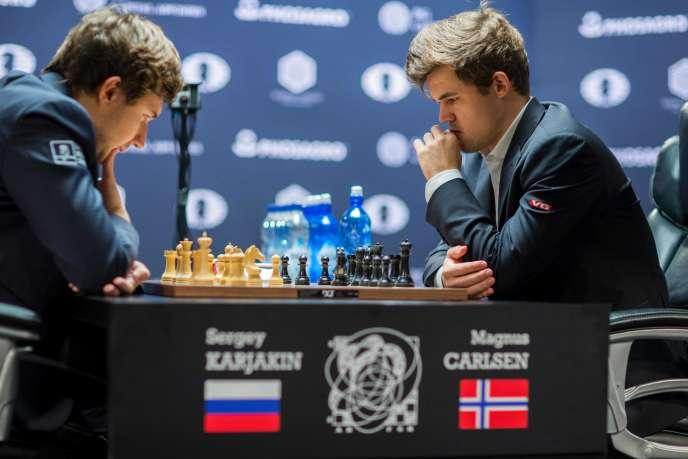 Magnus Carlsen (à droite) lors du championnat du monde d'échecs, face au RusseSergueï Kariakine.