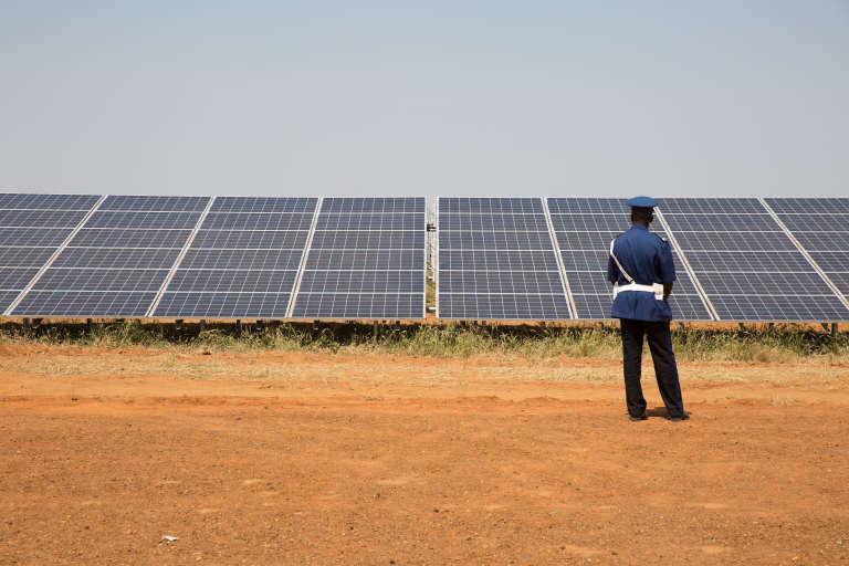Un policier devant les panneaux solaires juste avant l'inauguration de la centrale Senergy 2