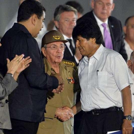 Le président bolivien, Evo Morales (à droite), le président cubain, Raul Castro (au centre), et le président vénézuélien, Nicolas Maduro, lors d'un rassemblement en hommage à Fidel Castro, le 29 novembre à LaHavane.