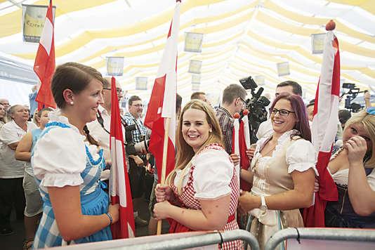 Les supportrices deNorbert Hofer, candidat de l'extrême droite à la présidentielle, portent des «Dirndl», robes typiques.