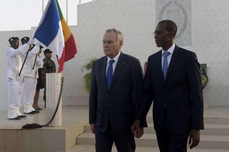 Le chef de la diplomatie française Jean-Marc Ayrault et le ministre de l'intérieur sénégalais Abdoulaye Daouda Diallo au cimetière militaire de Thiaroye le 10 novembre 2016.