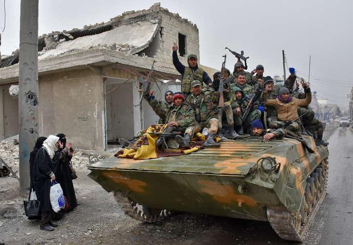 Des membres des forces gouvernementales à Alep, le 30 novembre.