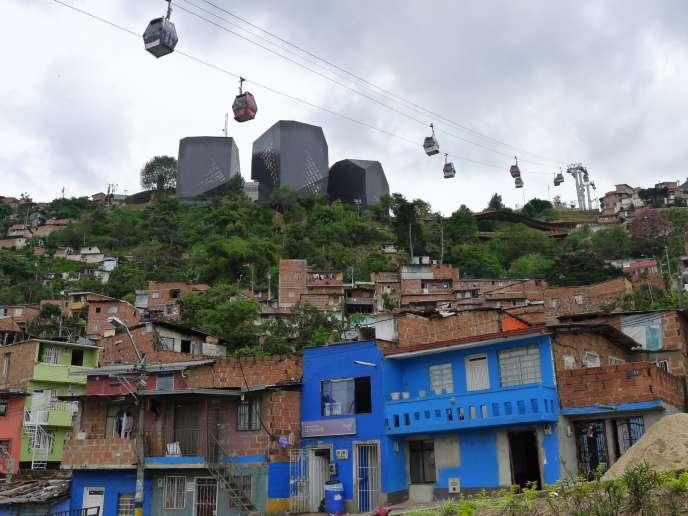 L'une des lignes du Métrocable de Medellin (Colombie), et la bibliothèque España, noire et futuriste, en voie d'achèvement.