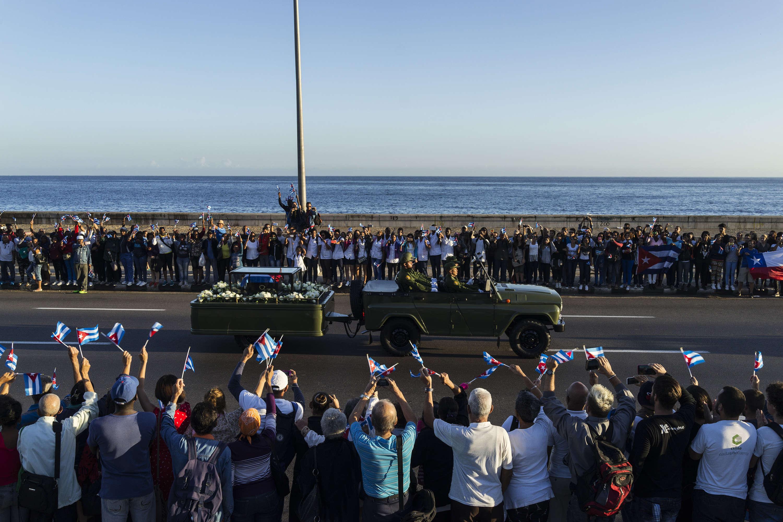 L'urne funéraire quitte La Havane en longeant l'avenue Malecon. Le 30 novembre.