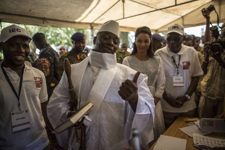 Le président Yahya Jammeh dans un bureau de vote à Banjul, le 1er décembre 2016.