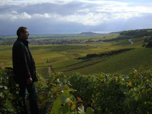 Pierre Larmandier dans ses vignes : près de quinze hectares, classés en premiers et grands crus, répartis dans la côte des Blancs (Marne).