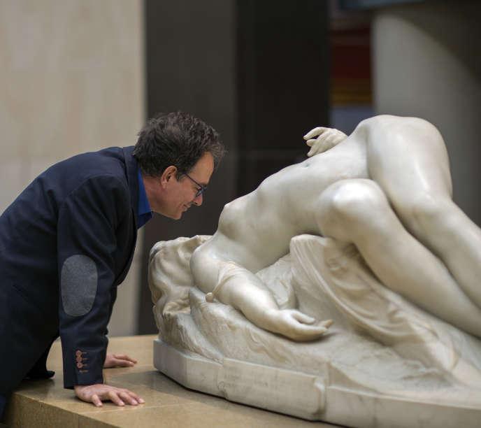Le chorégraphe José Montalvo sous la nef du Musée d'Orsay à Paris.