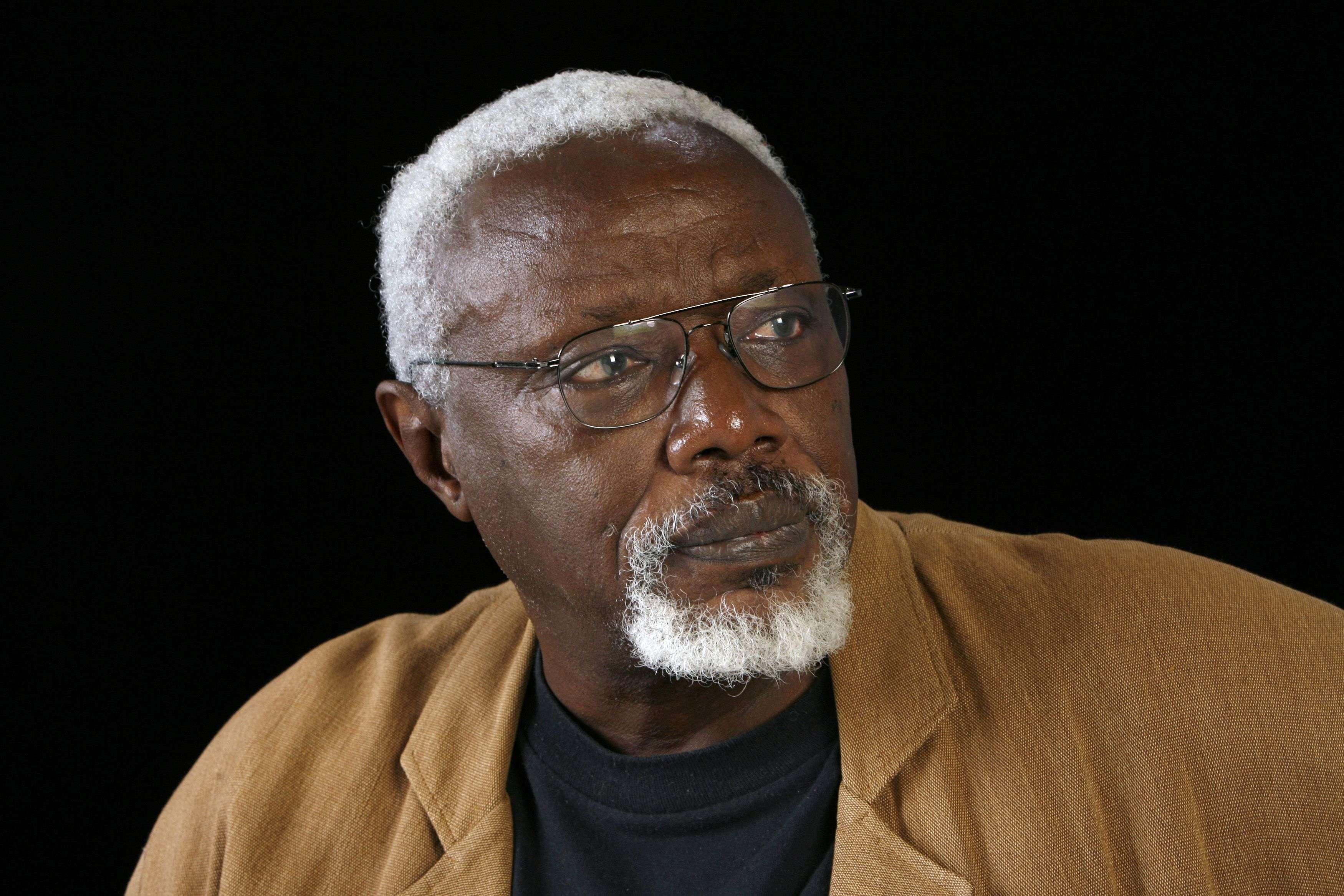 «Il emporte avec lui rêves et projets que son organisme trop fatigué n'a pas voulu suivre», a dit la famille d'Ousmane Sow en annonçant son décès à l'âge de 81 ans, jeudi 1erdécembre. Le sculpteur sénégalais avait fait ces derniers mois plusieurs séjours à l'hôpital, à Paris et à Dakar.