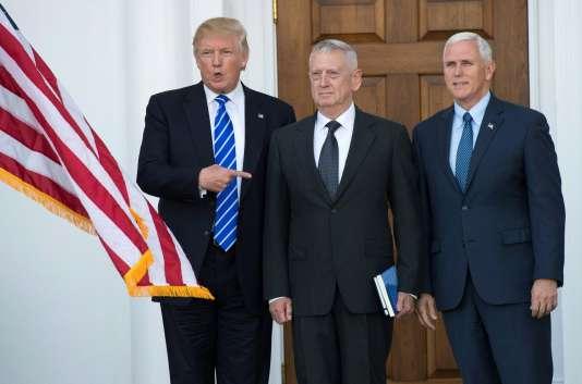 De gauche à droitre, le président élu Donald Trump, le général à la retraite James Mattis et le vice-président élu, Mike Pence, le 19 novembre à Bedminster, New Jersey.