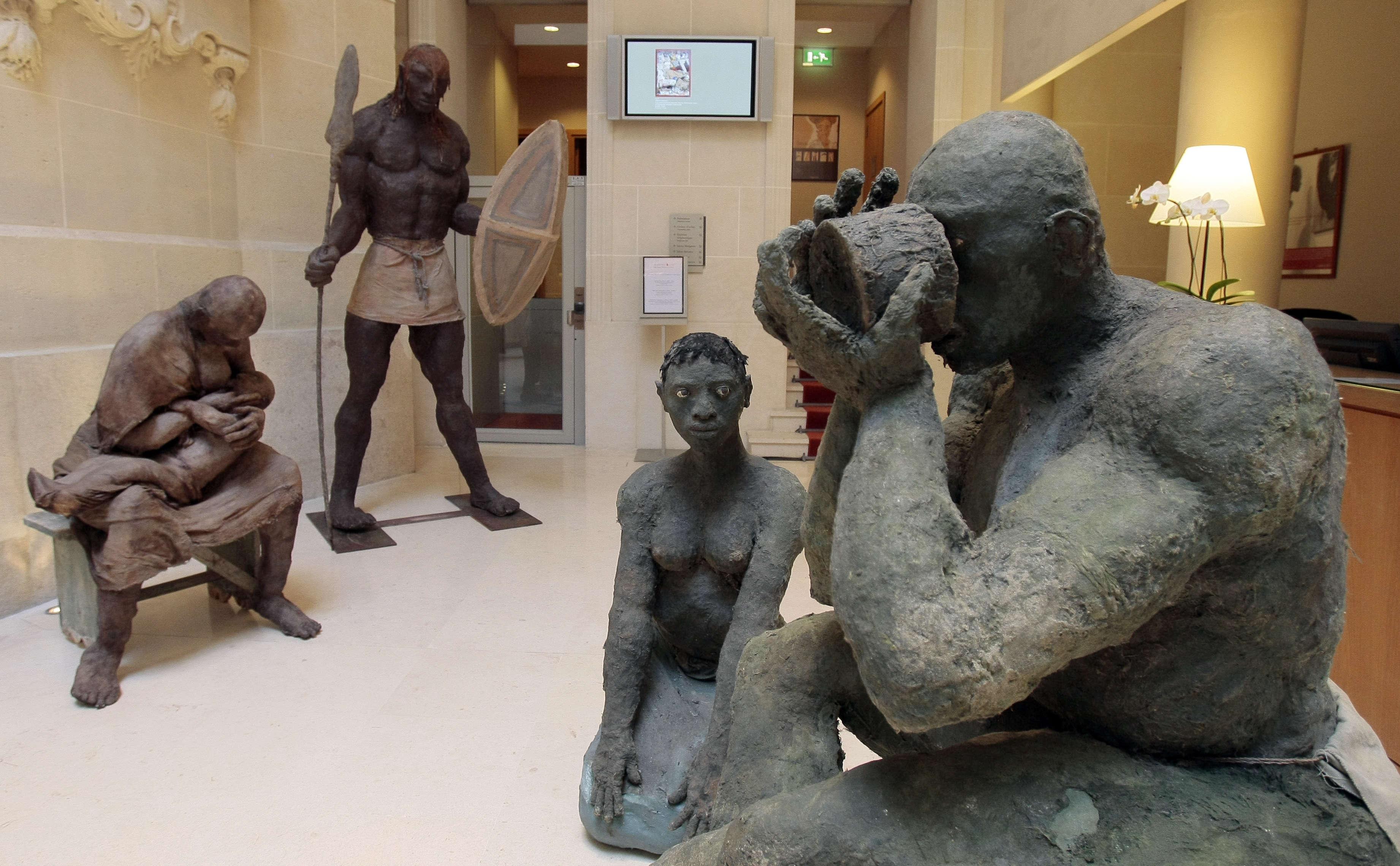 La série des Nouba, inspirée par les photos de Leni Riefenstahl, est présentée à la Documenta de Kassel en 1992, marquant l'entrée d'Ousmane Sow dans la cour des grands artistes contemporains.