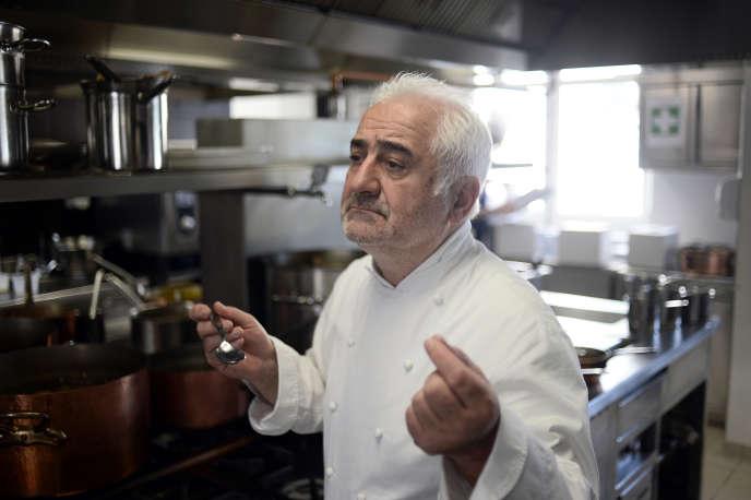 Le chef Guy Savoy dans la cuisine de son restaurant à l'hôtel de La Monnaie à Paris.